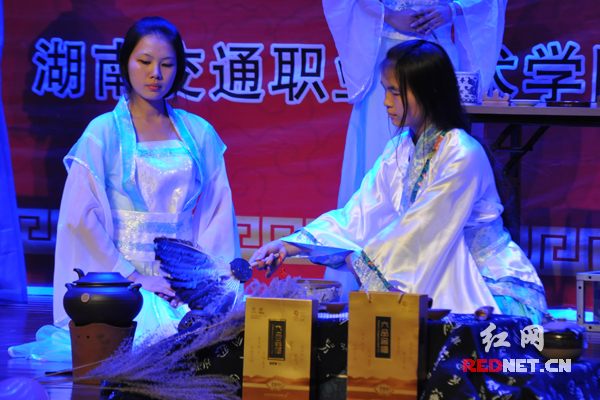 bob首页:湖南交通职院举办茶艺表演晚会 丰富学生茶艺知识