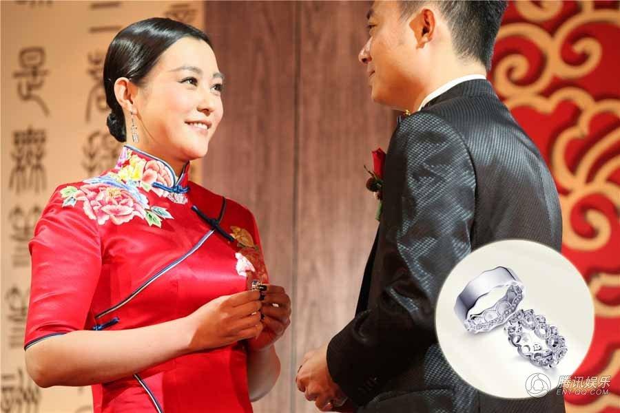 (郝蕾与老公)   今日,郝蕾于北京举办婚礼及双胞胎儿子百日宴,一直神秘的圈外老公与双胞胎儿子首次曝光,一家四口幸福美满,收获众多祝福。据悉,郝蕾夫妇选在双胞胎百日的契机补办婚礼,双喜临门,意义非凡;二人在众亲友祝福下交换与某品牌合作设计的专属婚戒世间并蒂莲,幸福婚姻羡煞旁人。   赵薇姚晨出席婚礼 得婚戒手链回礼   婚礼现场邀请众亲朋好友,其中赵薇、姚晨、孟京辉、廖凡(微博)等好友出席,送上祝福。而郝蕾为宾客精心准备了专属婚戒样式的手链作为回礼作为答谢。   郝蕾婚礼古典浪漫 赵薇送上专属婚戒