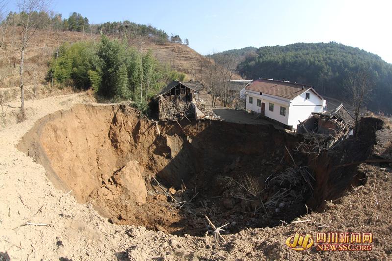 四川广元朝天区现直径60米天坑 地陷致11间房