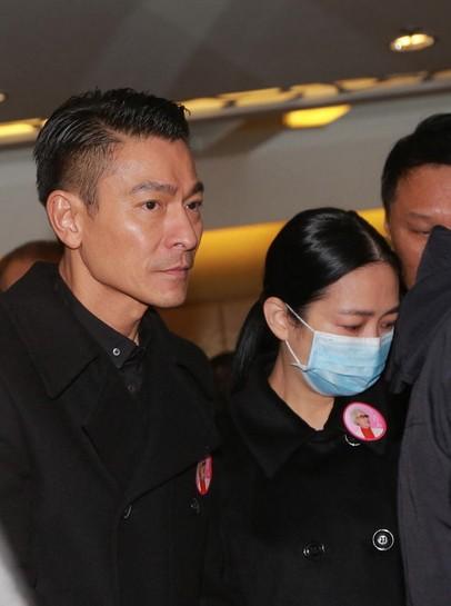 [视频]刘德华朱丽倩告别红线女仪式现身遗体衣网频正视图片