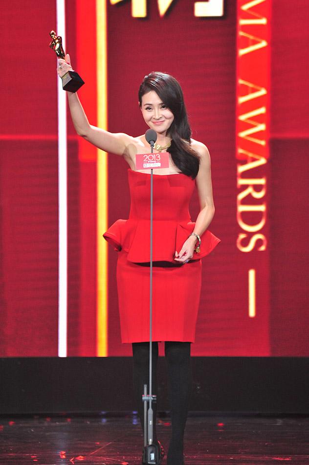 """(于明加获""""2013国剧盛典年度人物""""奖)-于明加黑丝红裙贵姐范儿"""