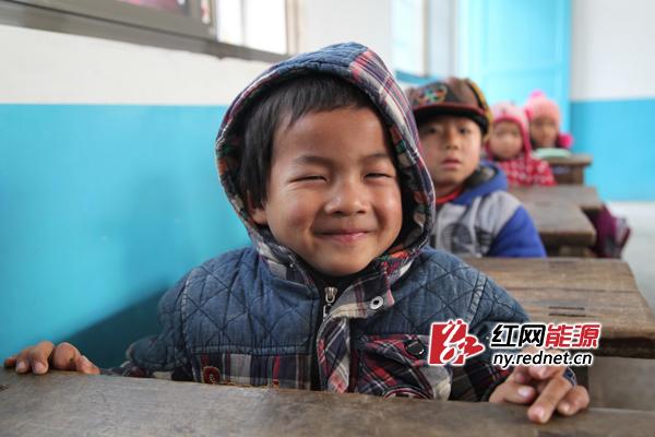 (可爱笑脸,美好纯真。)   红网常德12月20日讯(通讯员 聂冬梅)2013年是中国青年志愿者行动实施20周年。12月17日,伴着冬日清晨的一丝料峭,大唐石门发电公司组织9名青年志愿者走近石门县磨市镇九伙坪村测岩洞小学,启动大唐青春牵手行活动,大力弘扬奉献、友爱、互助、进步的志愿精神。活动以一堂趣味课,一份温馨礼物,一张可爱笑脸为主题,为留守儿童送去了寒冬的温暖和关爱。      一堂趣味课。一闪一闪亮晶晶,满天都是小星星在老师的带动下,孩子们抛开羞涩,纷纷亮出歌喉,展露纯真