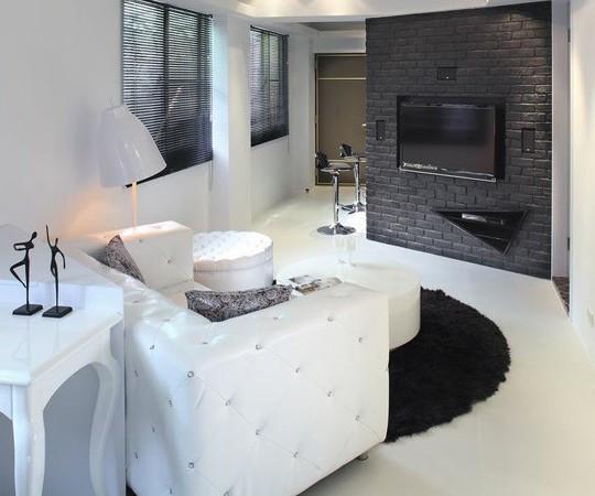 设计三角造型的收纳柜体依靠,电视背景处于客厅对角线位置,高清图片