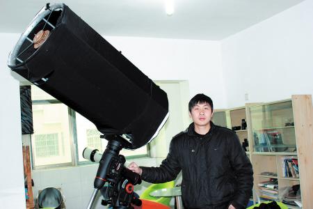 据介绍,这架手工制作的天文望远镜不到10公斤重,精确度能达1毫米,技术