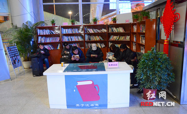 """农民工兄弟在怀化火车站开设的""""英子读书角""""阅读图书"""