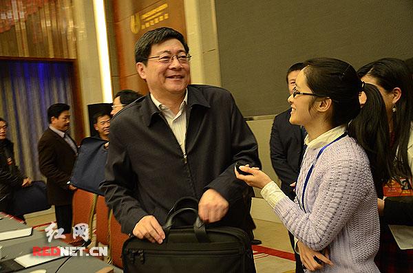 2月11日,湖南省委副书记、省长杜家毫(左)在参加完长沙代表团小组讨论后接受红网采访,他勉励红网,镜头要多对准老百姓,多反映群众的愿望和呼声。