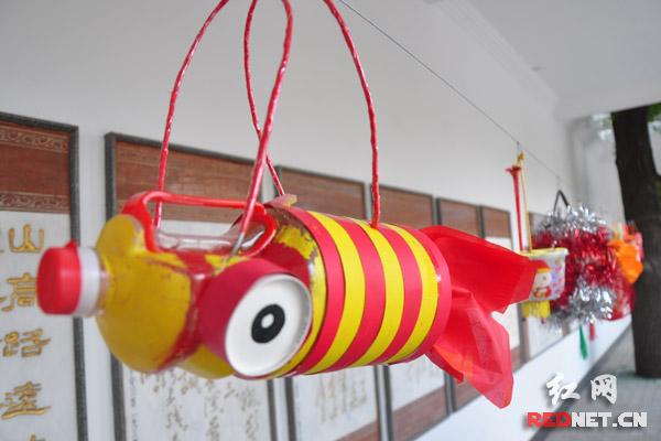 形式多样,设计巧妙,有简单喜感的柚子壳灯笼,有矿泉水瓶制作的金鱼图片