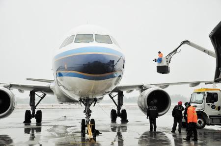 除冰雪 昨日,黄花国际机场,除冰车正在给一架飞机除冰.