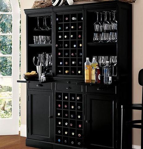 欧式餐厅酒柜效果图:餐桌旁的嵌入式酒柜,隐藏空间的同时还有实木
