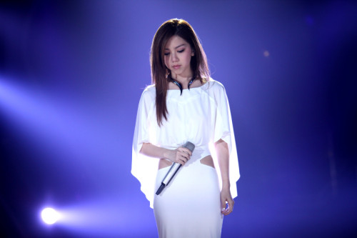 一直活泼可爱的邓紫棋,第七场一改风格穿起一袭白色礼裙,淡雅妆容高贵