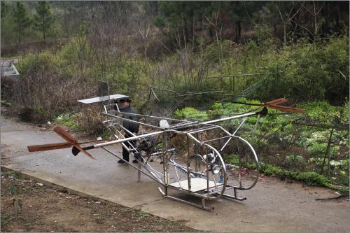 从没见过真飞机; 岳阳农民用摩托车发动机造飞机