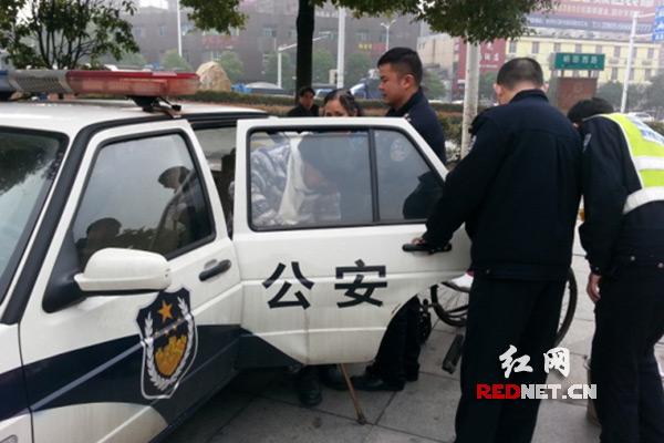 老人坐轮椅遭遇打车难 株洲石峰交警帮忙送回家