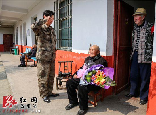岳阳志愿者为抗战爱心送文字(图)我老兵的600作高中自传图片