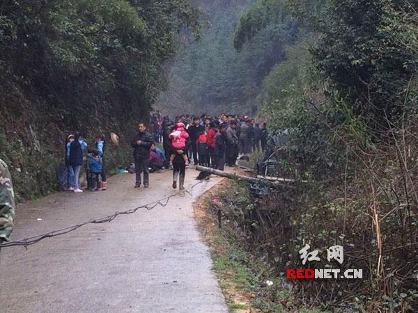 麻阳违法载客农用车翻车致7死21伤 伤员送医院救治
