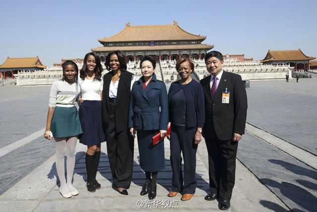 【彭丽媛同米歇尔及家人合影】仲春时节的北京,阳光明媚,春意盎然,故宫的红墙黄瓦在湛蓝的天空下格外明艳。在太和殿前,彭丽媛同米歇尔及家人合影。