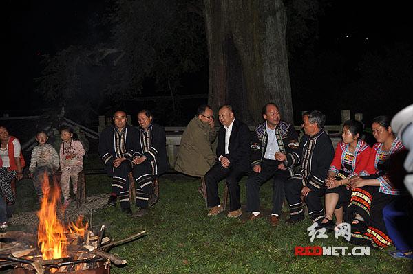 热情的大寨村民在坪里点起了篝火,要和罗书记拉歌