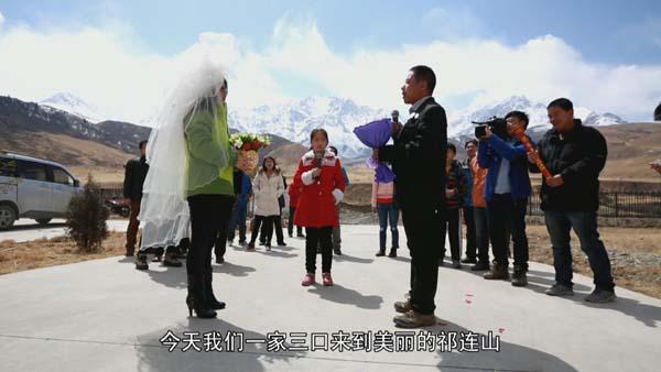 为了共同的目标,没有婚礼、没有婚纱,他们走到了一起。共同经历了太多的风风雨雨。结婚13年纪念日,陈仁升为妻子举办冰川上的婚礼。