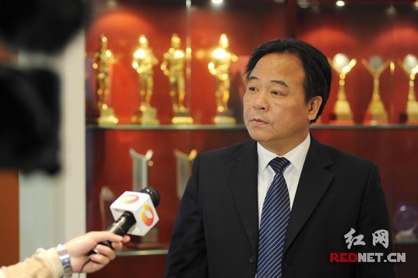 湖南建工集团总经理叶新平在会上做动员报告。图为叶新平正在接受记者采访