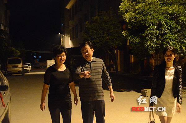 新宁县城凝秀社区的箭楼街居民徐大妈反映箭楼街小巷里没有一个消防栓,秦立军连夜过去查看