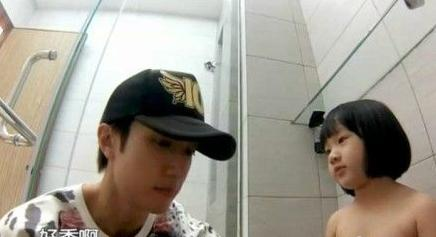 吴尊带女儿上综艺节目 为其裸身洗澡惹争议_娱
