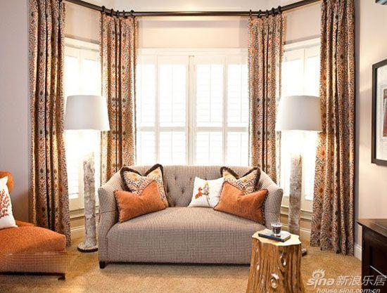 客厅窗帘效果图:长条形的窗型,搭配上轻薄的纱帘,能最大程度的吸引自然光线,明亮空间。秋冬家居空间最需要的是暖意爆棚的空间氛围,因此想要挑选一款合适的窗帘,就需要在花色上下功夫。暖色调的花式窗帘搭配室内配色,呈现出温暖当舒适的空间感。
