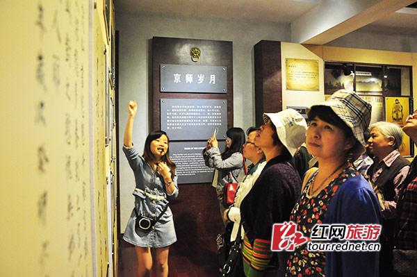 游客们在曾国藩生平纪念馆听取往事。这个纪念馆建于涟滨书院原址,就在湘乡一中一侧。在这里,学生们离曾国藩如此之近。