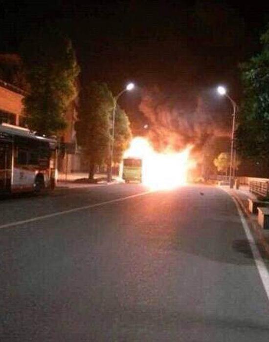 重庆法拉利跑车深夜与出租车相撞后起火1死3伤 高清图片