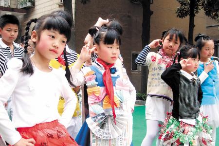 孩子们秀出的五彩时装,都是用废品制作的. 周和平 摄