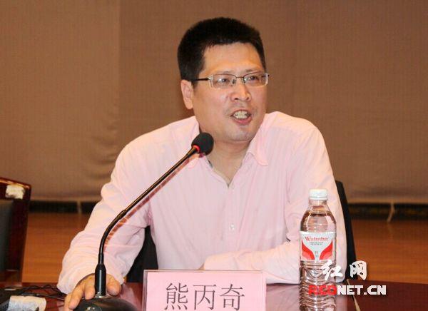 熊丙奇教授为近千名考生及家长传授高考填报志愿的经验。