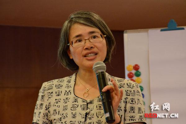 妇女传媒监测网络发起人冯媛作主题培训。