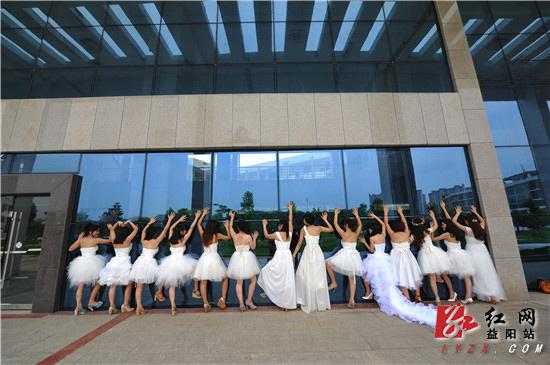 湖南城市学院女生不一样的毕业照:把最美的自
