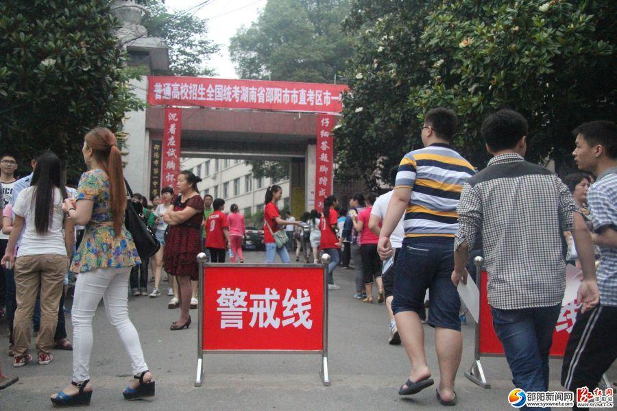 早上八点,邵阳市邵阳一中,二中,六中门口站满了考生和家长.