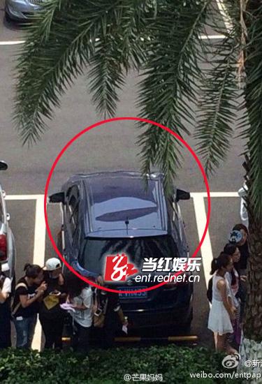 """""""粉丝""""在私家车车顶留下凹陷(图片来源新浪微博)"""