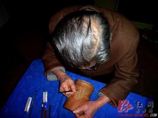 图三为陈志龙在创作雕刻竹簧薄意插屏.