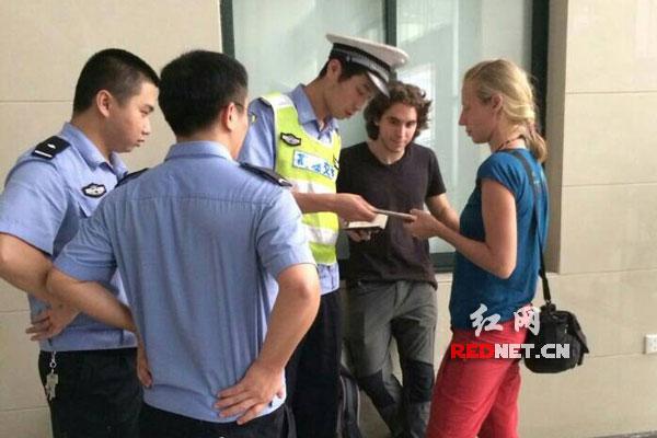 两名老外高速拦车去北京旅游 警察热心帮助送