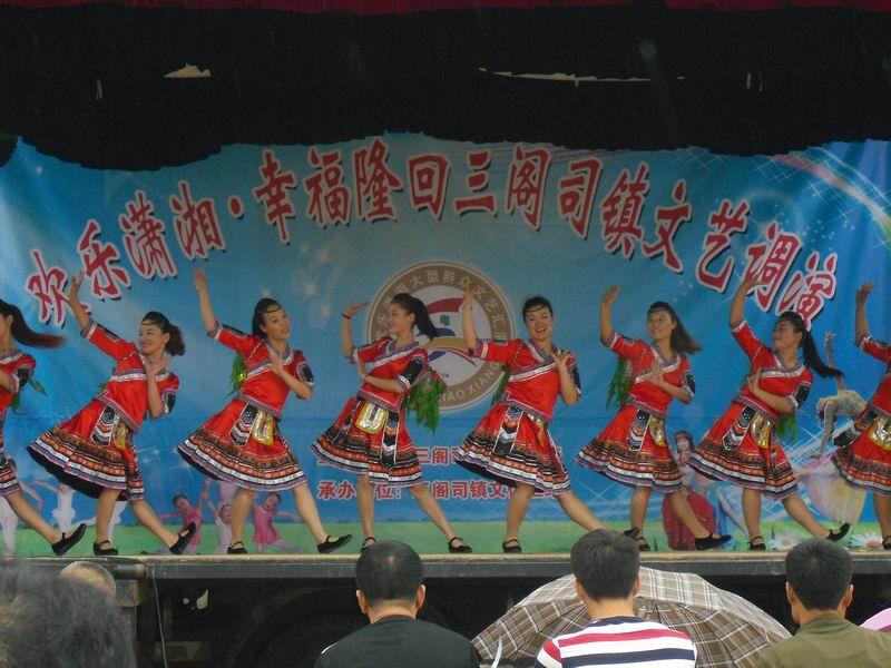 图为隆回三阁司镇冠军宝贝幼儿园老师在表演舞蹈《北京苗岭》
