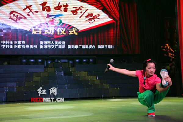 演员在湖南衡阳市红旗大剧院演出湘剧折子戏《小放牛》。