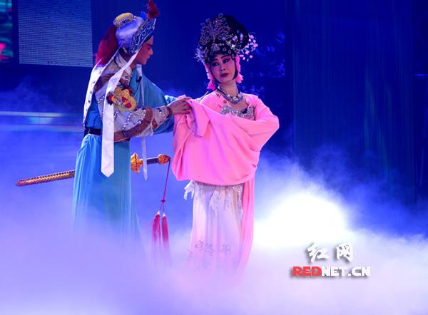 演员在湖南衡阳市红旗大剧院表演花鼓戏《喜盈门》片段。