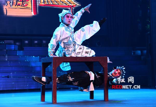 演员在湖南衡阳市红旗大剧院表演祁剧。