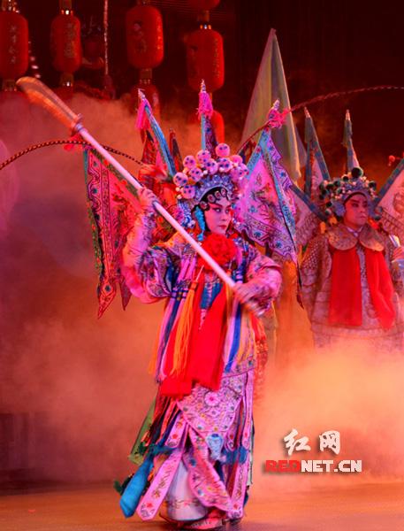 演员在湖南衡阳市红旗大剧院表演花鼓戏。