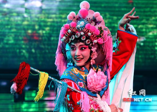 演员在湖南衡阳市红旗大剧院表演衡阳湘剧。