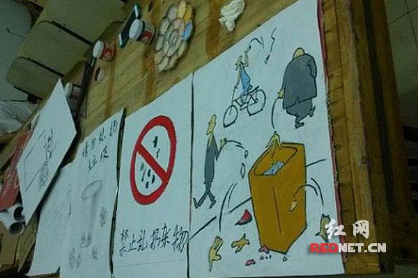 实践团成员将通过摆海报,挂横幅,贴标语等形式进行环保宣传活动.