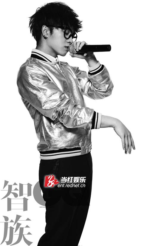近日,华晨宇为某杂志拍摄的一组写真大片正式曝光,简单的黑白