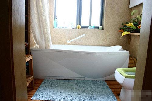 经典装修效果图:色彩淡淡的浴室地面还是木条,喜欢那种踩高清图片