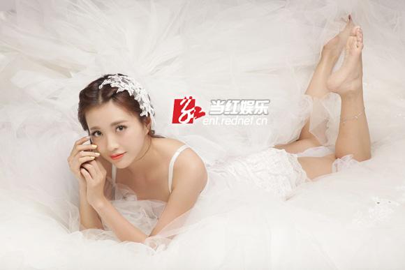 包文婧披性感秀手包性感美女写真牵婚纱贝尔恩爱十年(图)图片