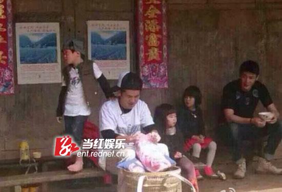 父子们在苗寨。 来自微博