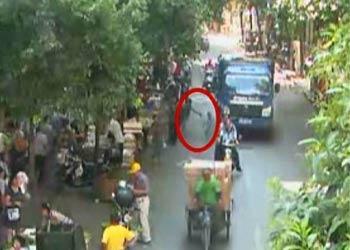 一岁男童猛闯马路 惨遭货车碾压当场身亡(图)