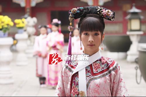 2010年主演由经典小说《红楼梦》改编的古装剧《黛玉传》,饰演贾探春