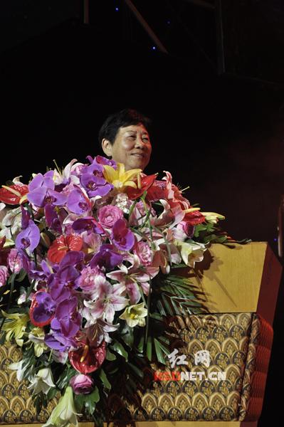 迅达集团创始人之一周宝莲主持30周年庆典晚会。