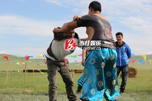 《爸爸2》上演草原摔跤赛 酷爸萌娃变圣斗士